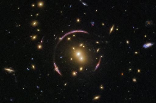 Телескоп «Хаббл» нашел скопление галактик, похожее на огромный глаз